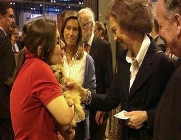 スペイン王女シェルターにて犬を譲渡