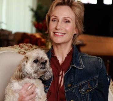 米人気番組「glee/グリー」の意地悪先生役のジェーン・リンチ、シェルターの動物達を大絶賛!