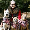 クリス・クロフォードさんと愛犬、タホ、シャイアン、ダコタ